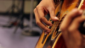 Close-up da guitarra acústica com profundidade de campo rasa vídeos de arquivo