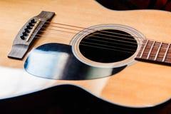 Close-up da guitarra acústica no fundo escuro fotos de stock