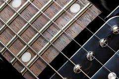 Close-up da guitarra elétrica. Recolhimento do pescoço e do humbucker. imagem de stock