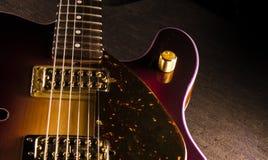 Close up da guitarra elétrica sunburst com mecânicos e o bri de bronze fotos de stock royalty free