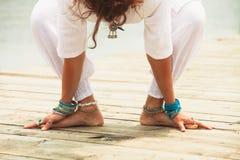 Close up da ioga descalça da prática da mulher exterior Imagens de Stock Royalty Free
