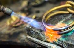 Close-up da joia que solda com maçarico imagens de stock royalty free