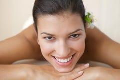 Close-up da jovem mulher alegre que relaxa na tabela da massagem Fotos de Stock Royalty Free
