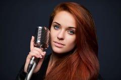 Close up da jovem mulher com microfone retro fotos de stock