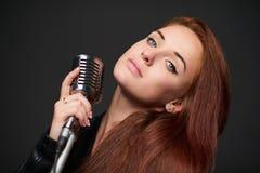 Close up da jovem mulher com microfone retro imagens de stock
