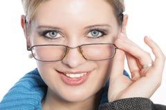 Close up da jovem mulher com vidros foto de stock royalty free