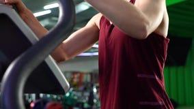 Close-up da jovem mulher que tem o cardio- exercício no gym video estoque