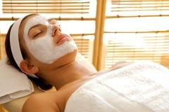Close-up da jovem mulher que veste a máscara facial fotografia de stock
