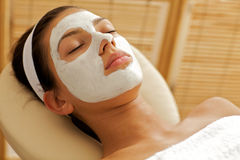 Close-up da jovem mulher que veste a máscara facial fotos de stock royalty free