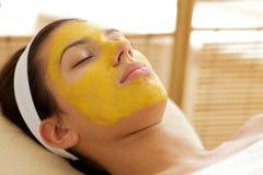 Close-up da jovem mulher que veste a máscara facial foto de stock royalty free