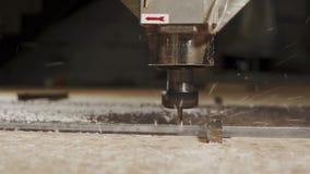 Close-up da lâmina da máquina de sawing, placa do plástico do corte vídeos de arquivo