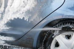 Close up da lavagem de carros Carro de lavagem pela água de alta pressão Imagens de Stock Royalty Free