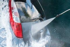 Close up da lavagem de carros Carro de lavagem pela água de alta pressão Imagens de Stock