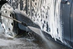 Close up da lavagem de carros Carro de lavagem pela água de alta pressão Fotografia de Stock
