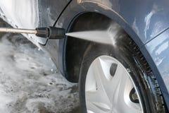 Close up da lavagem de carros Carro de lavagem pela água de alta pressão Foto de Stock Royalty Free