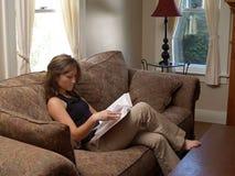 Close up da leitura da mulher nova imagem de stock