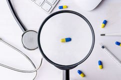 Close-up da lupa e da medicina com estetoscópio, keyb imagem de stock royalty free