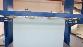 Close up da máquina de corte do cubo do polipropileno, colchão da fábrica, espuma de estofamento, foco video estoque