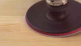 Close up da máquina elétrica do moedor que move da direita para a esquerda lateral Polonês uma madeira vídeos de arquivo