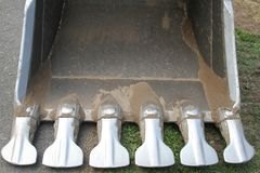 Close up da máquina escavadora da cubeta com dentes Foto de Stock