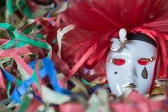 Close-up da máscara do carnaval do pierrô em um fundo do estreptococo colorido imagens de stock royalty free