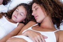 Close-up da mãe e da filha que dormem junto imagem de stock