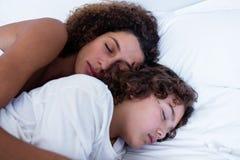 Close-up da mãe e do filho que dormem junto imagens de stock