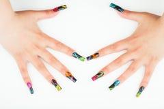 Close-up da mão da mulher com tratamento de mãos bonito no fundo branco Foto de Stock