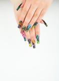 Close-up da mão da mulher com tratamento de mãos bonito no fundo branco Fotos de Stock