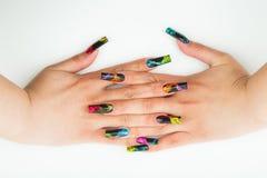 Close-up da mão da mulher com tratamento de mãos bonito no fundo branco Imagens de Stock Royalty Free