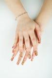 Close-up da mão da mulher com tratamento de mãos bonito no fundo branco Fotos de Stock Royalty Free