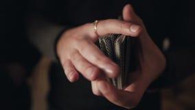 Close-up da mão de um homem que baralha cartões video estoque