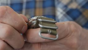 Close-up da mão de um homem, que começa o mecanismo do pulso de disparo manual, girando a coroa com seus dedos video estoque