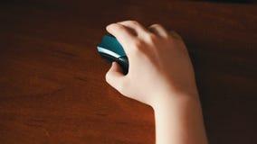 Close up da mão do adolescente usando um rato do computador vídeos de arquivo