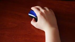 Close up da mão do adolescente usando um rato do computador filme