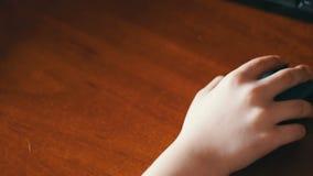 Close up da mão do adolescente usando um rato do computador video estoque