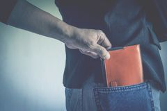 Close-up da mão do ladrão que rouba a carteira a uma mulher fotografia de stock