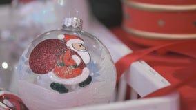 Close-up da mão do ` s do homem que toma a bola do Natal video estoque