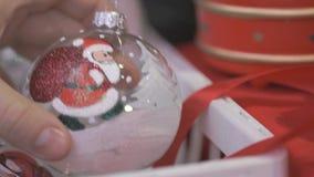 Close-up da mão do ` s do homem que toma a bola do Natal vídeos de arquivo
