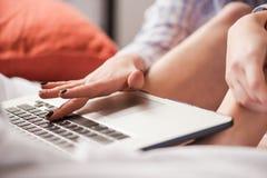 Close-up da mão fêmea no teclado do portátil fotografia de stock royalty free