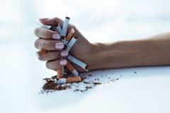 Close up da mão fêmea que guarda cigarros Pare a imagem anti-fumaça rendida Smoking Foto de Stock Royalty Free