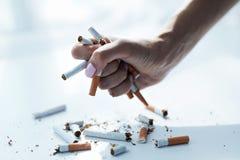 Close up da mão fêmea que guarda cigarros Pare a imagem anti-fumaça rendida Smoking Imagens de Stock