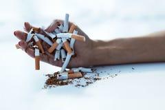 Close up da mão fêmea que guarda cigarros Pare a imagem anti-fumaça rendida Smoking Fotografia de Stock Royalty Free