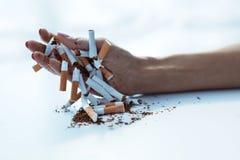 Close up da mão fêmea que guarda cigarros Pare a imagem anti-fumaça rendida Smoking Imagens de Stock Royalty Free