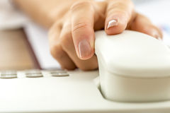 Close up da mão fêmea que responde a uma chamada Fotos de Stock