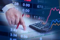 Close up da mão da mulher de negócio que aponta no papel na mesa, conceito do mercado de valores de ação Fotos de Stock