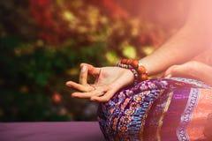 Close up da mão da mulher na meditação da ioga da prática do gesto do mudra fotografia de stock royalty free