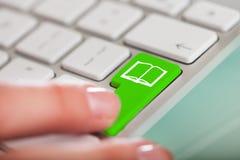 Close-up da mão na chave imagem de stock