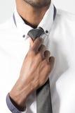 Close up da mão que ajusta o laço Imagem de Stock