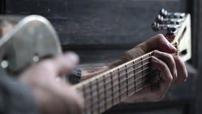 Close up da mão que joga a guitarra vídeos de arquivo